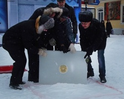 На Челябинской Кировке заложили первый кирпич изо льда в основание Ворот в Будущее